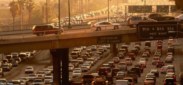 """Ở thành phố Los Angeles, bang California, Mỹ, người dân thường phải đối diện với những dòng xe cộ chạy dài… """"chậm rãi"""" trong giờ cao điểm."""