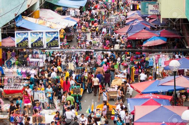 Một khu chợ ở Manila, Philippines, người mua - người bán đi lại như mắc cửi.