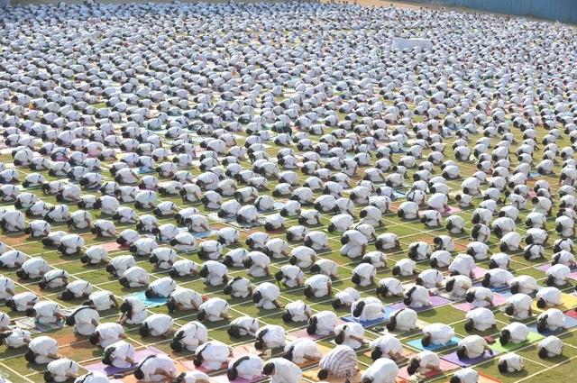 Gần 5.000 giáo viên và sinh viên của trường một trường học ở thành phố Hyderabad, Ấn Độ đang cùng luyện tập yoga.