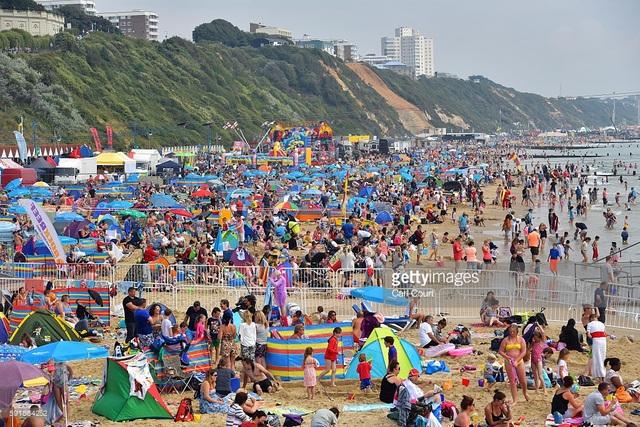 Bức ảnh chụp ở thị trấn miền biển Bournemouth thuộc miền nam nước Anh, trong một ngày nắng ấm, bãi biển hấp dẫn một lượng lớn du khách đổ về.