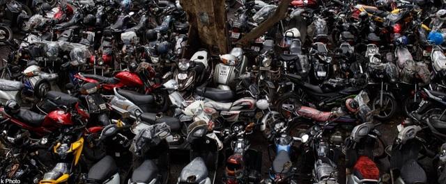 Một bãi đỗ xe đông đúc nằm ở ngoại ô, gần nhà ga Kandivali, thuộc thành phố Mumbai, Ấn Độ.