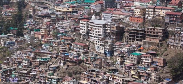 Một triền đồi đông đúc ở Shimla - thị trấn đông dân nằm ở chân núi Himalaya, thuộc vùng lãnh thổ miền bắc Ấn Độ.