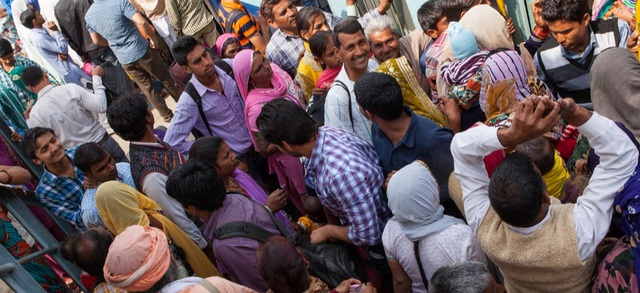 Những hành khách chen nhau lên tàu ở nhà ga thành phố Rohtak, thuộc bang Haryana, Ấn Độ.