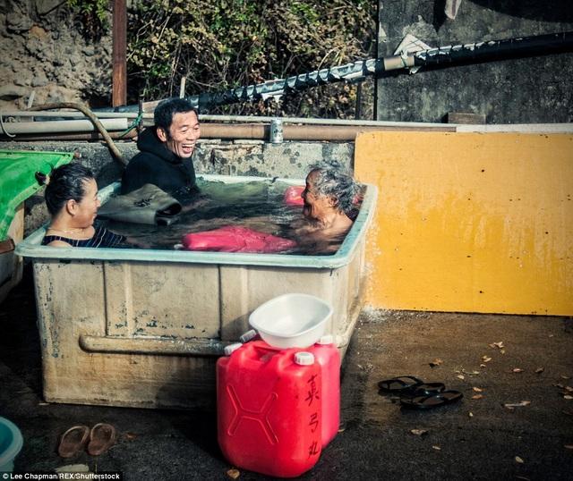 Sau khi lặn tìm hải sản ở ngoài vùng biển phía nam Tokyo, ba người ngư dân cao niên này đang ngâm mình trong nước ấm.
