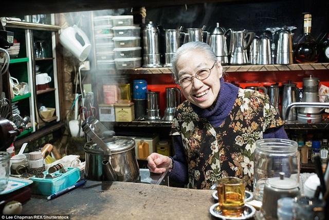 """Giờ đây đã ở tuổi 80, bà lão này vẫn là chủ của một quán cà phê nhỏ, hàng ngày bà vẫn đều đặn leo từ tầng một lên tầng hai để ghi """"menu"""" khách gọi, sau đó, trở xuống tầng một pha đồ uống, rồi lại leo lên tầng hai đưa đồ cho khách. Bà làm việc như vậy cả ngày và đều đặn 6 ngày/tuần."""