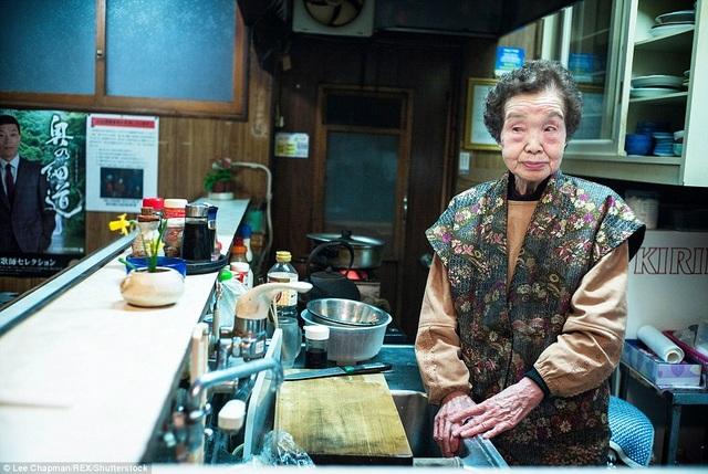 Ở tuổi 93, bà cụ này vẫn tiếp tục duy trì hoạt động của quán bar nhỏ mở cửa hàng đêm. Bà từ tốn nhấp những ngụm sake lấy sức và dự định sẽ vẫn tiếp tục công việc của mình cho tới khi sức khỏe không cho phép nữa.