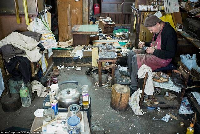Ông cụ này là thế hệ thứ ba trong một gia đình chuyên làm nghề đóng giày, ngày ngày, ông vẫn cặm cụi với công việc của mình trong tiệm nhỏ tồi tàn.