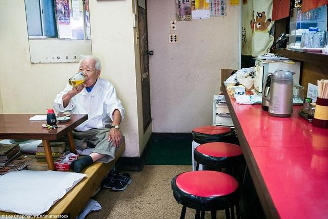Ông cụ đang tận hưởng bữa trưa trong quán nhỏ ở Tokyo. Những bữa trưa một mình như thế này không hiếm gặp ở Tokyo, từ người già đến người trẻ.