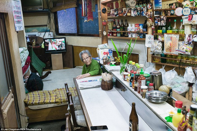 Cửa hàng ăn này đã được hoạt động 50 năm nay bởi bà cụ trong ảnh. Không gian sống và không gian quán nhỏ nằm sát cạnh nhau. Bà thức - ngủ cùng với sự ra vào của các vị khách, quán mở cửa cả ngày lẫn đêm.