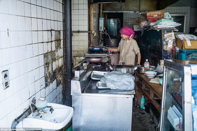 Một bà cụ trong căn bếp nhỏ của mình. Hạnh phúc đối với người già ở Nhật là vẫn có thể tự mình chăm lo cho những nhu cầu thường nhật của bản thân.