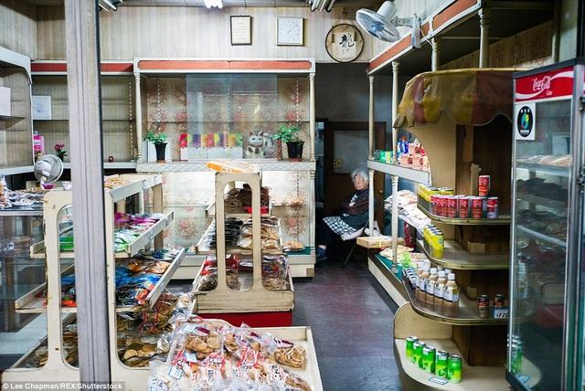 Những cửa hiệu tạp hóa xuất hiện ở khắp nơi tại Nhật và việc một người già làm chủ một cửa hàng như thế này là rất thường gặp, bởi họ ngủ ít, và vì vậy, có thể gần như mở cửa hiệu cả ngày lẫn đêm để đón tiếp khách mua hàng bất cứ lúc nào.