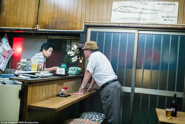 Quán rượu nhỏ được hoạt động bởi một bà cụ, đón tiếp vị khách là một ông cụ. Bức ảnh ghi lại cuộc gặp gỡ của những người già. Ngay cả chiếc máy điện thoại để bàn cũng in dấu sự cũ kỹ của một thời kỳ đã qua.