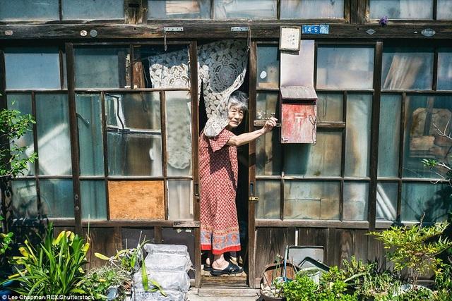 Bà cụ sống trong ngôi nhà cũ kỹ như chính tuổi tác của bà.
