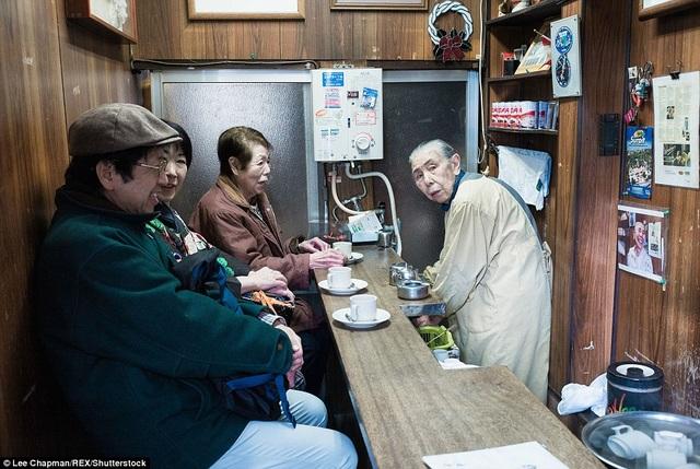 Giờ đây, khi đã gần 90 tuổi, bà cụ này vẫn duy trì hoạt động của quán cà phê nhỏ mở ra tại nhà như một thú vui thường nhật.