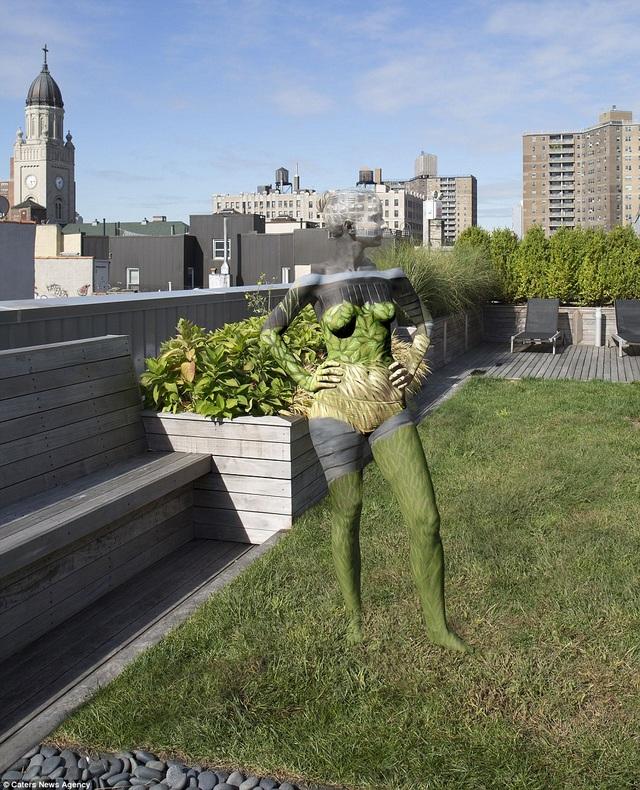 Nữ nghệ sĩ body-painting người Mỹ Trina Merry có biệt tài khiến người mẫu trở nên tàng hình, khiến người mẫu hòa nhập ngoạn mục vào cảnh quan. Bối cảnh của tác phẩm body-painting này là một khu dân cư ở thành phố New York, Mỹ.