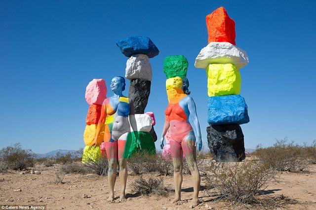 """Một sắp đặt nghệ thuật có tên """"7 rặng núi kỳ diệu"""" nằm trong sa mạc ở Las Vegas, Mỹ."""