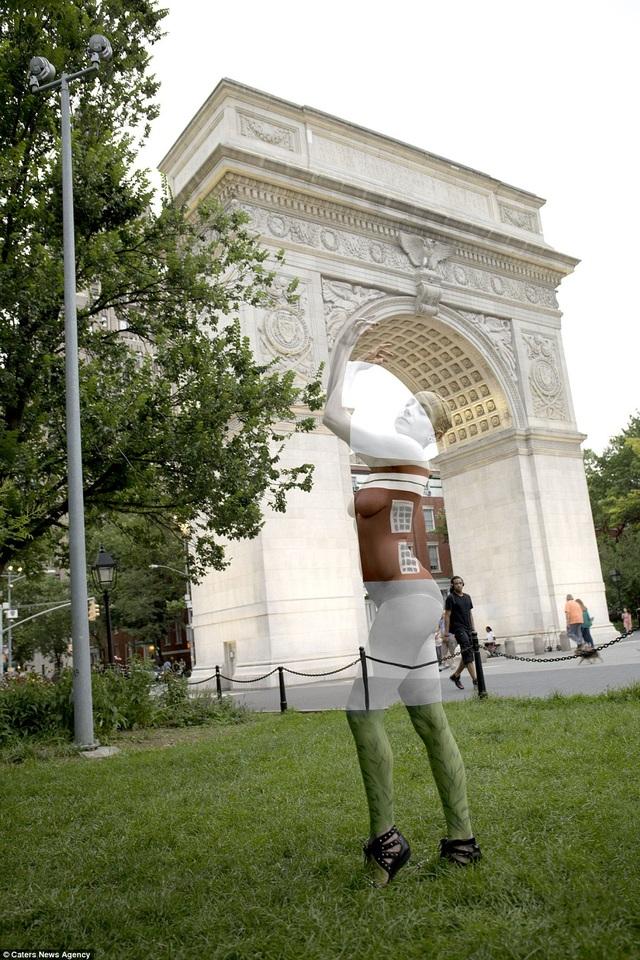 Người mẫu đứng bên mái vòm ở công viên Washington Square, New York, Mỹ.