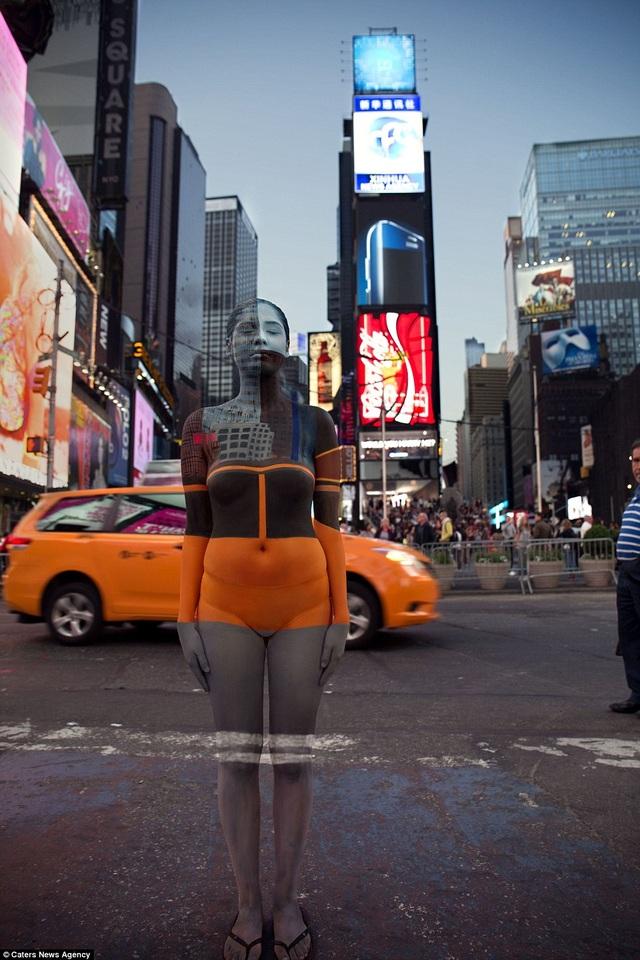 Người mẫu hòa nhập hoàn hảo vào khung cảnh Quảng trường Thời đại, New York, Mỹ.