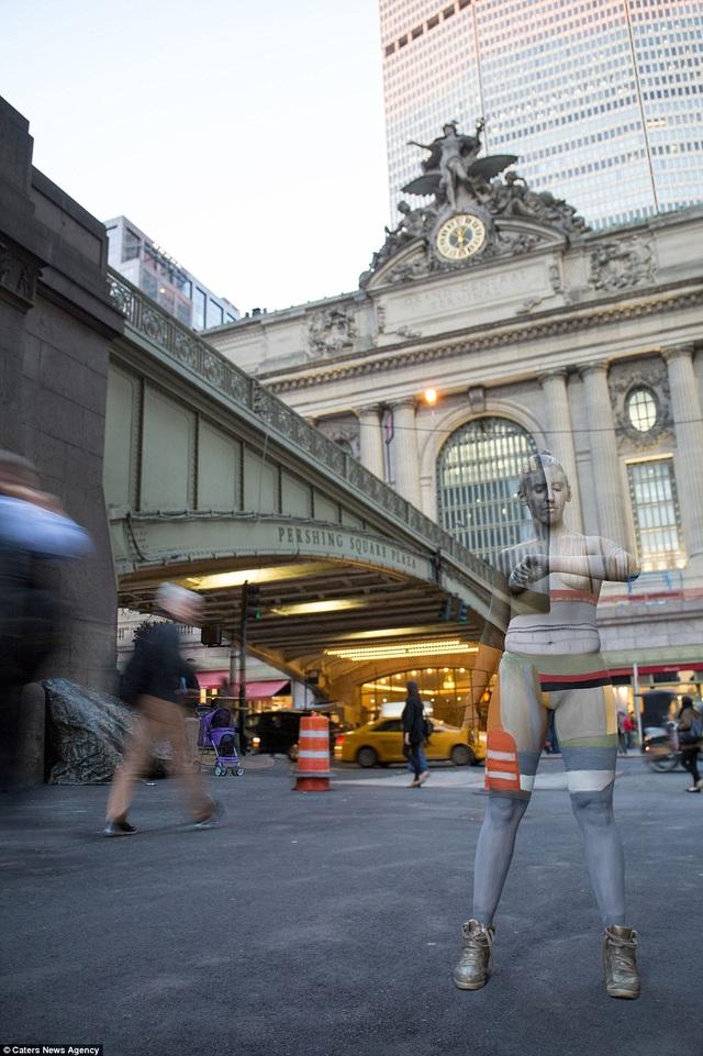 Người mẫu đứng trước nhà ga Grand Central, New York, Mỹ.