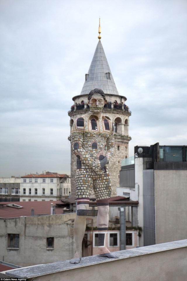 Nữ nghệ sĩ body-painting Trina Merry thường mất từ 1-3 tiếng đồng hồ để hoàn tất một tác phẩm như thế này. Trong ảnh, người mẫu đang hòa quyện vào tòa tháp Galata ở Istanbul, Thổ Nhĩ Kỳ.