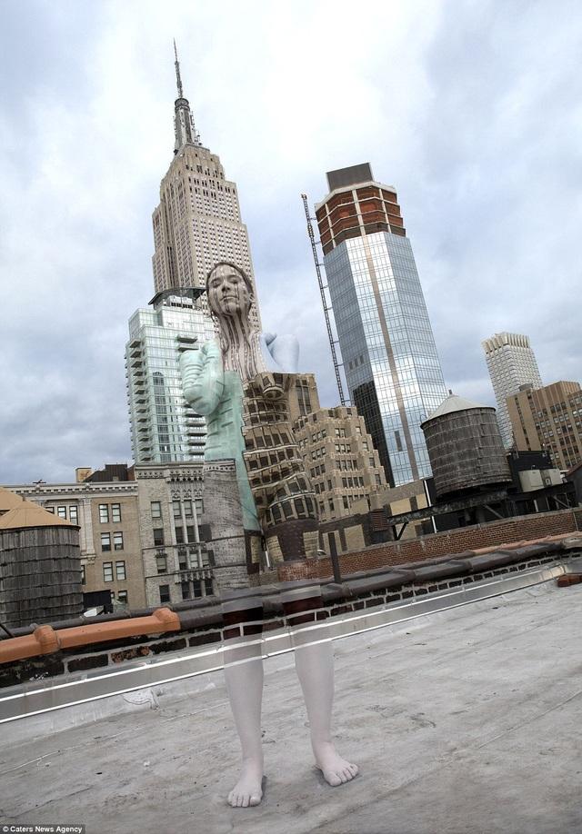 Trước tòa nhà chọc trời Empire State nổi tiếng của thành phố New York, Mỹ.