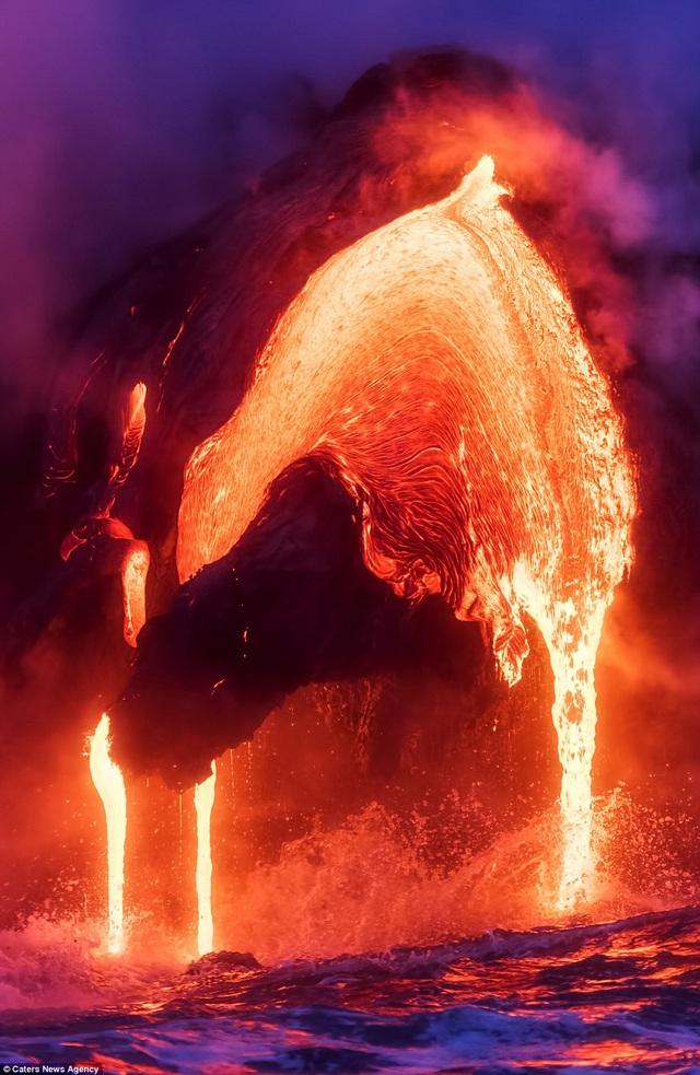 Nham thạch nóng đỏ chảy tràn xuống biển.