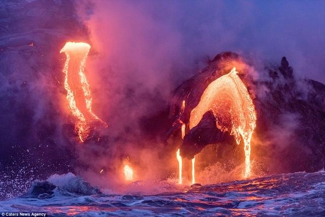 Những ngày này có rất đông nhiếp ảnh gia tìm tới ngọn núi lửa Kilauea đang hoạt động để chụp dòng nham thạch nóng đỏ, dù vậy, chưa có ai may mắn được như nhiếp ảnh gia Mike Mezeul.