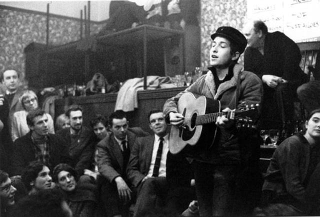 1962: Bob Dylan bắt đầu những năm tháng khởi nghiệp ở New York với việc biểu diễn trong các hộp đêm, quán cà phê.