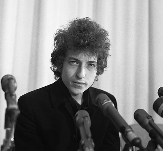 1965: Bob Dylan trong cuộc họp báo tổ chức ở Los Angeles, Mỹ.