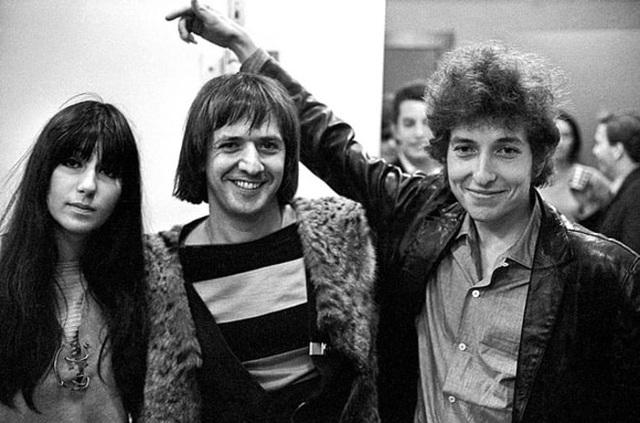 1965: Bob Dylan chụp hình với cặp đôi nghệ sĩ Sonny và Cher.