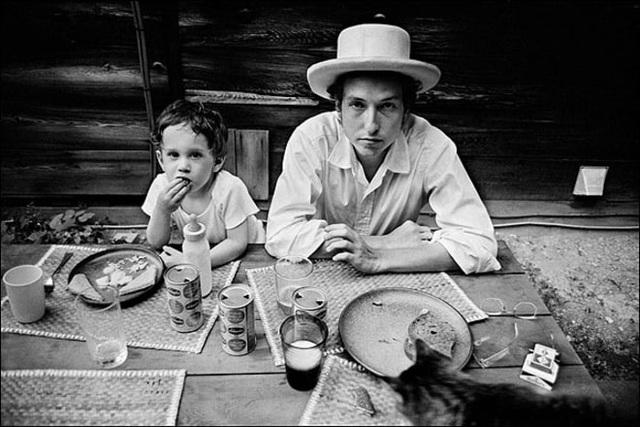 1968: Bob Dylan và con trai đầu lòng Jesse Dylan. Trong cuộc đời, ông trải qua hai cuộc hôn nhân thất bại, ông có 5 người con đẻ và một người con nuôi từ hai cuộc hôn nhân này.