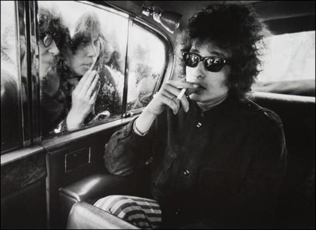 """1966: Bob Dylan và sự điềm nhiên """"đến lạ"""" trong khi các fan hò reo bên ngoài xe hơi."""