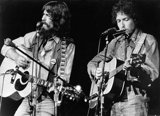 1971: Cựu thành viên ban nhạc The Beatles - George Harrison và Bob Dylan cùng biểu diễn tại New York, Mỹ.