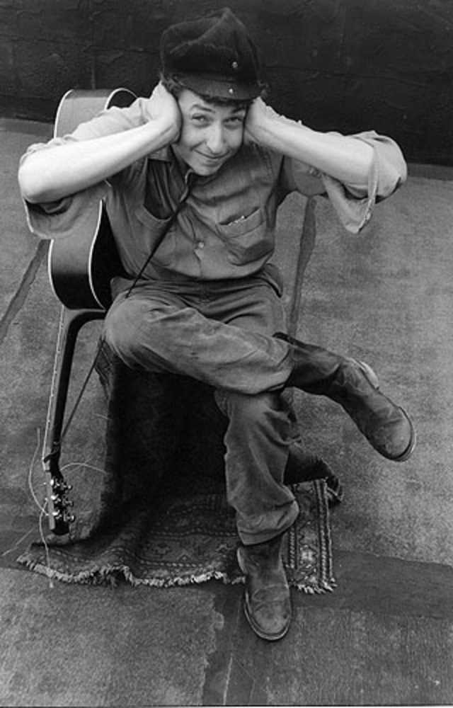 """1962: Chàng thanh niên 21 tuổi đam mê ca hát lặn lội tìm kiếm từng cơ hội biểu diễn và đã may mắn gặp được nhà sản xuất âm nhạc John Hammond, chính trong năm này, Bob Dylan đã có được hợp đồng thu âm đầu tiên trong sự nghiệp với album đầu tay """"Bob Dylan""""."""