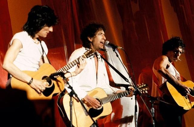 1985: Bob Dylan (giữa) biểu diễn với hai thành viên Ronnie Wood và Keith Richards của ban nhạc Rolling Stones tại Philadelphia, Mỹ.