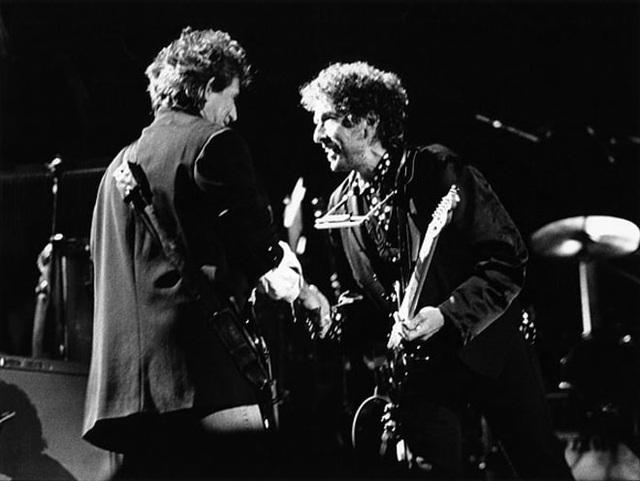 1991: Thành viên nhóm nhạc Rolling Stones - Keith Richards và Bob Dylan cùng biểu diễn trên sân khấu ở Tây Ban Nha.