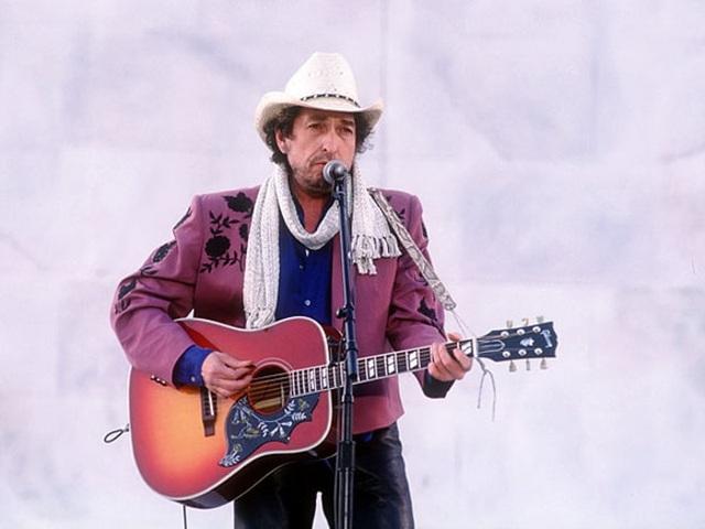 1993: Bob Dylan biểu diễn trong lễ nhậm chức của Tổng thống Mỹ Bill Clinton tổ chức tại đài tưởng niệm Lincoln Memorial ở Washington DC ngày 17/1/1993.