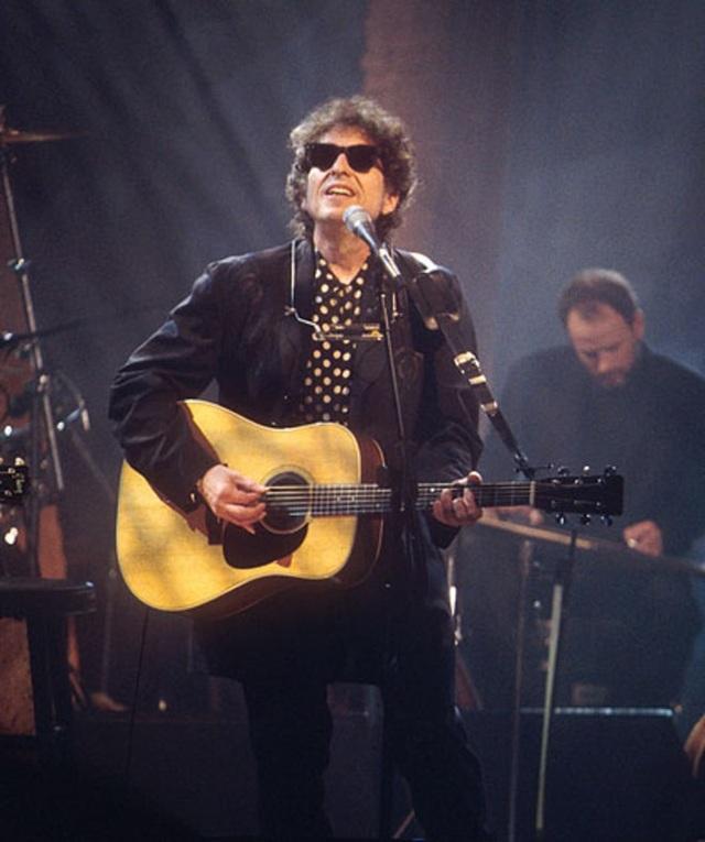 1994: Bob Dylan biểu diễn tại một sự kiện âm nhạc ở New York, Mỹ.