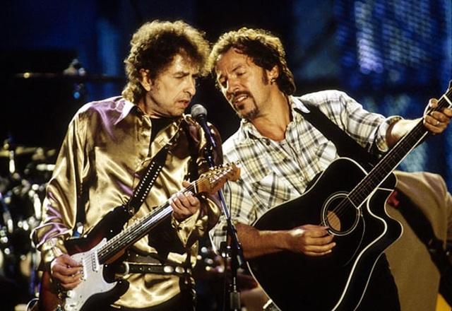 1995: Bob Dylan biểu diễn chung với Bruce Springsteen tại Cleveland, Ohio, Mỹ.