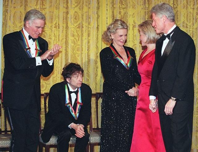 1997: Tổng thống Mỹ Bill Clinton và phu nhân Hillary Clinton cùng chúc mừng những nghệ sĩ được nhận giải Kennedy Center Honor - một giải thưởng uy tín dành để tôn vinh những đóng góp trọn đời của các nghệ sĩ Mỹ. Bob Dylan là một trong những nghệ sĩ được nhận giải của năm 1997, ông chính là người đang ngồi trên ghế.