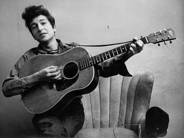 1963: Bob Dylan và cây ghita gắn liền với hình ảnh của chàng nghệ sĩ lãng tử.