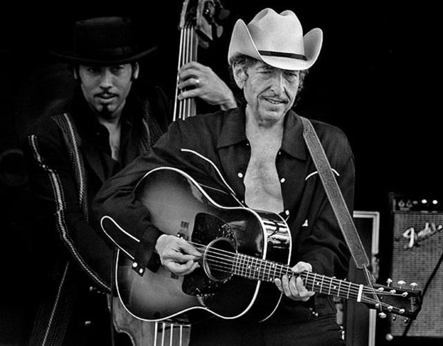 2002: Bob Dylan biểu diễn tại Baltimore, Maryland, Mỹ.