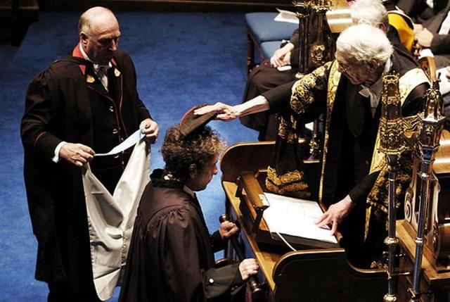 2004: Bob Dylan nhận được bằng tiến sĩ danh dự trong lĩnh vực âm nhạc của trường Đại học St. Andrews (Anh).