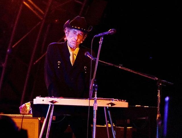 2006: Bob Dylan biểu diễn tại một lễ hội âm nhạc ở Roskilde, Đan Mạch.