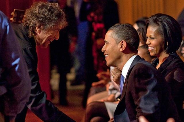 2010: Bob Dylan bắt tay Tổng thống Mỹ Barack Obama sau một phần biểu diễn tại sự kiện tổ chức ở Nhà Trắng.