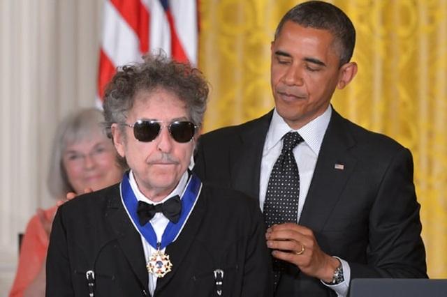 2012: Tổng thống Mỹ Barack Obama trao Huân chương Tự do Tổng thống cho Bob Dylan tại Nhà Trắng.