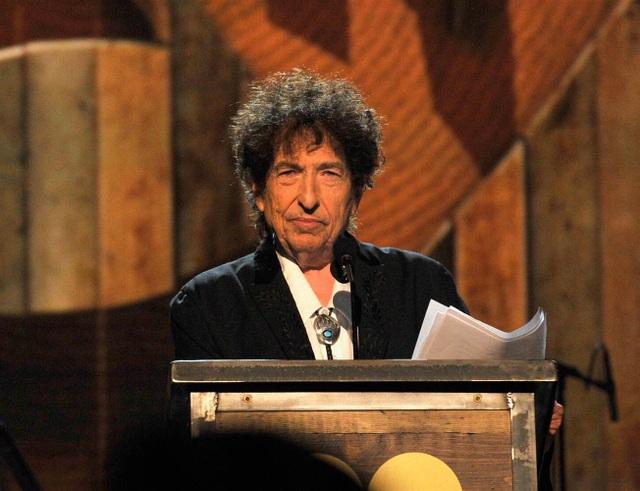 """2016: Viện Hàn lâm Thụy Điển trao giải Nobel Văn học cho Bob Dylan vì """"đã sáng tạo nên những cấu tứ đầy chất thơ cho những nhạc phẩm tuyệt vời của âm nhạc Mỹ""""."""