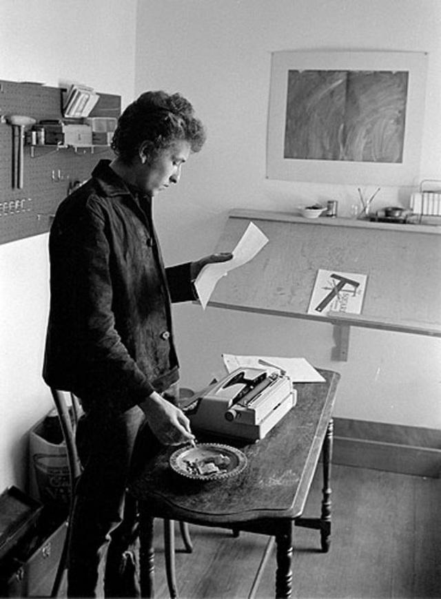 """1964: Bob Dylan viết ra những ý tưởng phác thảo cho album """"Another Side of Bob Dylan"""" (1964). Trong sự nghiệp của mình, Bob Dylan sáng tác 522 ca khúc, cho ra mắt 37 album thu âm trong studio, 11 album ghi hình các tour lưu diễn, 31 album hợp tuyển, 58 đĩa đơn và 6 album cộng tác với các nghệ sĩ khác. Những con số này đã cho thấy sức sáng tạo dồi dào """"khủng khiếp"""" của Bob Dylan."""