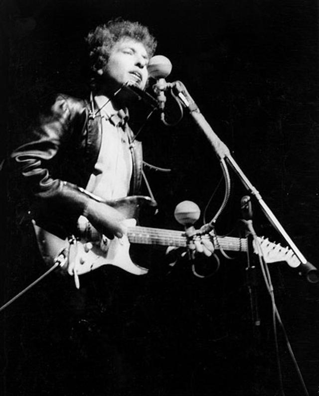1965: Bob Dylan biểu diễn tại một lễ hội âm nhạc hồi năm 1965.