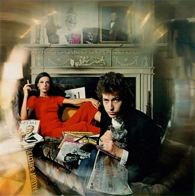 """1965: Bob Dylan chụp hình cho bìa album """"Bringing It All Back Home"""" (1965)."""